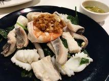 Immersion bouillie de fruits de mer avec de la sauce chaude et aigre images stock