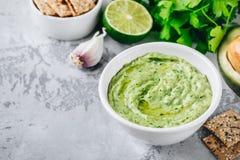 Immersion d'avocat avec le cilantro et la chaux Images stock
