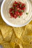 Immersion de fromage faite maison dans une cuvette, puces de tortilla jaunes, vue a?rienne D'en haut, vue sup?rieure, configurati images stock