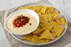 Immersion de fromage faite maison dans une cuvette, puces de tortilla jaunes, vue de c?t? closeup photo libre de droits