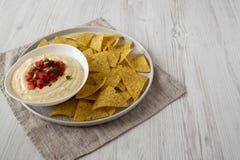 Immersion de fromage faite maison dans une cuvette, puces de tortilla jaunes, vue de c?t? Copiez l'espace photographie stock