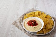 Immersion de fromage faite maison dans une cuvette, puces de tortilla jaunes, vue de c?t? L'espace pour le texte photo stock