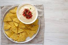 Immersion de fromage faite maison dans une cuvette, puces de tortilla jaunes, vue a?rienne Configuration plate, vue sup?rieure, d photo stock