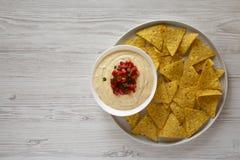 Immersion de fromage faite maison dans une cuvette, puces de tortilla jaunes, vue sup?rieure Configuration plate, a?rienne, d'en  photos stock