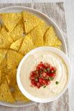 Immersion de fromage faite maison dans une cuvette, puces de tortilla jaunes, vue sup?rieure Configuration plate, a?rienne, d'en  photos libres de droits
