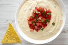 Immersion de fromage faite maison dans une cuvette, puces de tortilla jaunes, vue sup?rieure D'en haut, configuration a?rienne et image stock