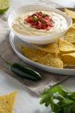 Immersion de fromage faite maison, puces de tortilla jaunes, vue de c?t? closeup photo stock
