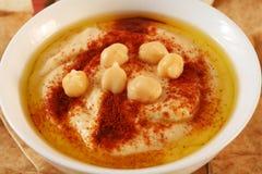 Immersion de Hummus photographie stock libre de droits