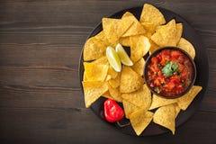 Immersion de Salsa et puces de tortilla mexicaines de nachos images stock
