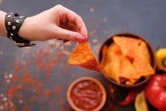 Immersion faite maison de sauce à main de puces de nacho de tortilla photo stock