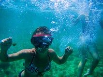 Immersione completa nel mare dell'isola della Sardegna fotografie stock