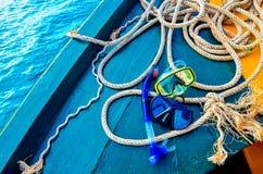 Immersione con bombole e immergersi Presa d'aria due sulla piattaforma di legno blu della nave La piattaforma e il ` s della nave immagini stock libere da diritti