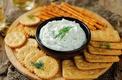Immersione dell'aglio dell'aneto del formaggio cremoso della feta con i cracker Immagini Stock