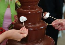 Immersione della fontana del cioccolato fotografia stock libera da diritti