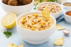 Immersione di hummus con le patate fritte, la pita ed il falafel Alimento sano fotografie stock
