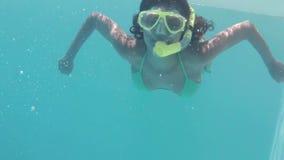 Immersione subacquea abbastanza castana nella presa d'aria d'uso della piscina archivi video