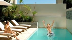 Immersione subacquea del ragazzino nella piscina video d archivio