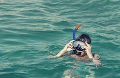 Immersione subacquea del ragazzo con una maschera Fotografia Stock Libera da Diritti