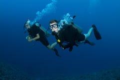Immersione subacquea di escuba di Coupl Immagini Stock