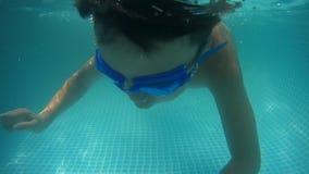 Immersione subacquea felice del neonato sotto l'acqua nella piscina Un colpo subacqueo video d archivio
