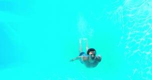 Immersione subacquea felice dell'uomo nella piscina archivi video