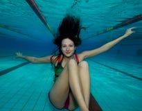 Immersione subacquea felice della ragazza nel raggruppamento Immagini Stock