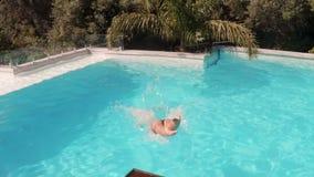Immersione subacquea sexy della donna nella piscina stock footage