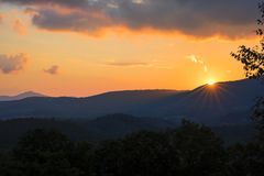 Immersioni di Sun sotto l'orizzonte Fotografia Stock Libera da Diritti