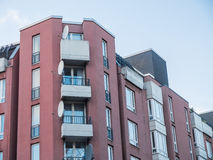 Immeuble avec de petits balcons faisants le coin Images stock