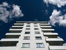 Immeuble blanc de balcon sur le ciel clair Photo stock