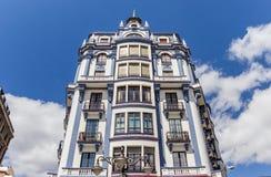 Immeuble blanc et bleu au centre de Léon Photos libres de droits