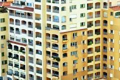 Immeuble coloré avec des balcons Photo libre de droits