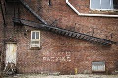 Immeuble de brique abandonné avec l'escalier en métal photographie stock