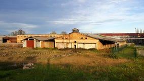 Immeuble de brique abandonné d'usine Photo stock