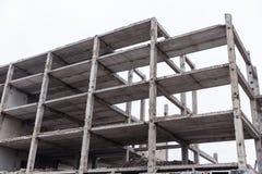 Immeuble de brique abandonné dans la ville contre le ciel Photos stock