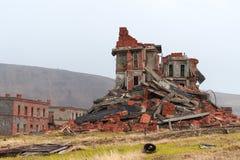 Immeuble de brique complet ruiné photographie stock