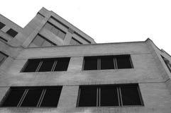Immeuble de brique en noir et blanc Images stock