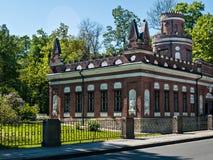 Immeuble de brique rouge avec des tourelles en parc de Yekaterininsky dans Tsarsk photos libres de droits