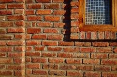 Immeuble de brique rouge avec la fenêtre partielle Photo stock