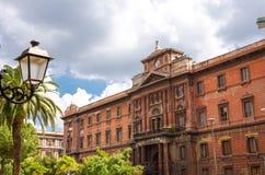 Immeuble de brique rouge-brun de Оld avec la montre d'horloge, Tarente, Puglia, photographie stock