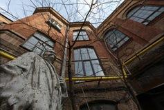 Immeuble de brique rouge industriel de vintage dans la zone industrielle de la vieille ville européenne Photo stock