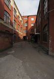 Immeuble de brique rouge industriel de vintage dans la zone industrielle de la vieille ville européenne Photo libre de droits