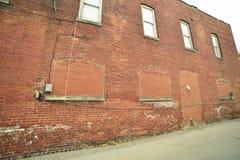 Immeuble de brique de vintage avec les fenêtres bricked image libre de droits