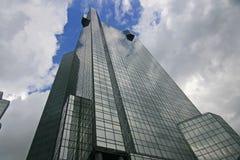 Immeuble de bureaux atteignant dans le ciel Photos stock