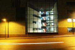 Immeuble de bureaux au centre de Helsinki la nuit Image stock