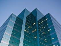 Immeuble de bureaux au crépuscule Photo stock