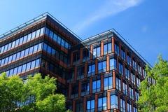 Immeuble de bureaux au jour d'été Photo stock