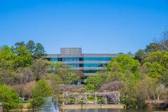Immeuble de bureaux au printemps Photos stock