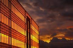 Immeuble de bureaux au sunse Image libre de droits