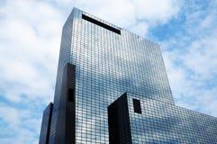 Immeuble de bureaux avec la façade en verre Photos stock